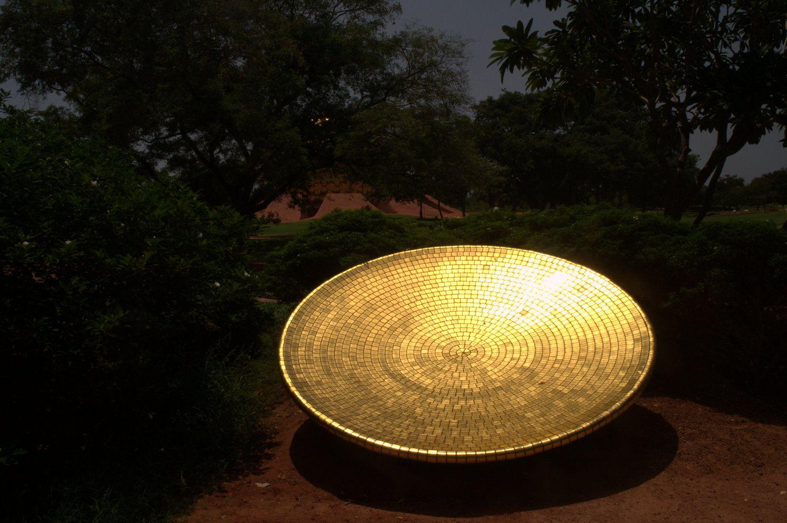 Una de las piezas del matrimandir, Auroville, india.