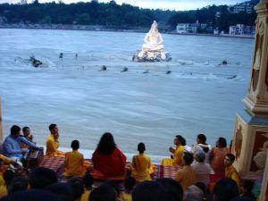 Ceremonia de ofrenda al río Ganges.